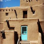 Tiwa-intiaani Flowers ja Taos Pueblo